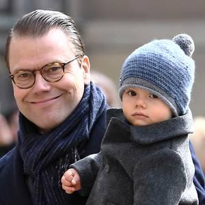 Unter der süßen Pudelmütze scheint Prinz Oscar noch nicht ganz zu verstehen, warum sein Auftritt am Namenstag seiner Mutter so begeistert aufgenommen wird.