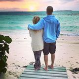 26. März 2017  Vor sechs Jahren hatte ich das Glück diesen Mann zu heiraten. Er bringt mich jeden Tag zum Lachen und unterstützt mich bei allem, was ich mache. Alles Gute zum Hochzeitstag, JT - postet Reese Witherspoon zu ihrem traumhaften Foto, auf dem sie von ihrem Ehemann Jim Toth im Arm gehalten wird.