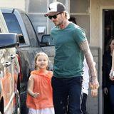 Kleine Grinsekatze! Gut gelaunt zeigt sich Harper an der Seite von Papa David in sommerlichem Look. In Beverly Hills kann man auch schon schicke Leo-Flip-Flops tragen.