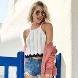 Urlaubsfeeling pur! Model Lena Gercke posiert in Jeans-Hot-Pants und mit niedlichem Häkel-Top in ihrem Traumurlaub auf Mykonos. Da kann man direkt neidisch werden!