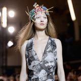 """Aber von wegen """"zerplatzter Traum"""". Nach GNTM geht es für Ivana Teklic erst so richtig los. In Paris läuft sie für Couture-Labels wie Christian Dior und Alexis Mabille, in London unter anderem für die Fashion-Legende Vivienne Westwood. Und auch wenn sie das Cover der """"Cosmopolitan"""" als Gewinnerin nicht zieren durfte, bleiben auch die Anfragen von renommierten Modemagazinen nicht aus."""