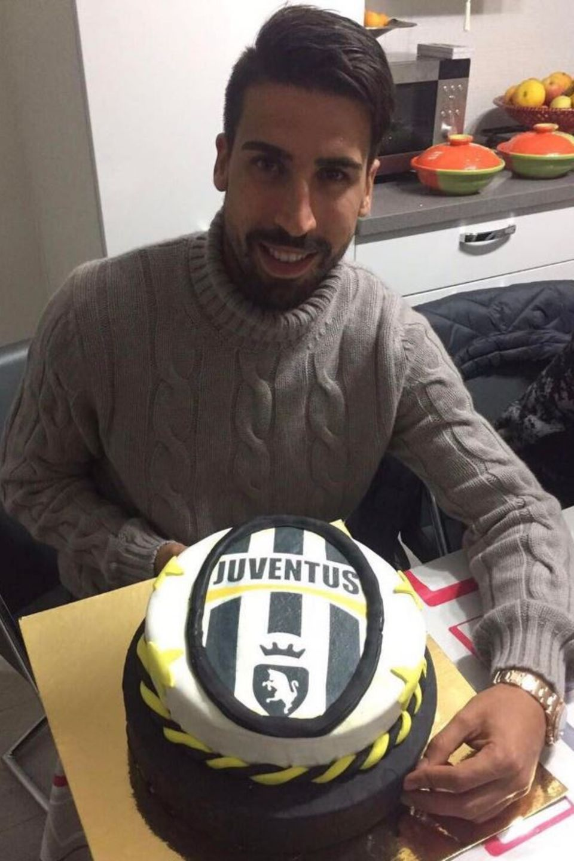 Fußballstar Sami Khedira freut sich riesig über seine Geburtstagstorte, die mit dem Wappen seines Teams Juventus Turin verziert wurde.