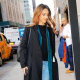 Hollywood-Beauty Jessica Alba trägt einen dunkelblauen Übergangs-Mantel in Maxi-Länge.