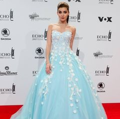 Wie eine Disney-Prinzessin sieht Nathalie Volk auf dem roten Teppich der Verleihung aus. Sie erscheint in einem hellblauen Ballkleid, das mit weißen Blumenranken bestickt ist.