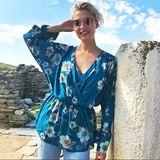 """Topmodel Lena Gercke shootet aktuell mit """"About You"""" auf Mykonos. Dieses Outfit eignet sich perfekt für den Frühling. Der florale Print macht nicht nur gute Laune, sondern ist in der wärmeren Jahreszeit auch ein Must-have. Und falls die Sonne doch noch auf sich warten lässt, weiß Lena sich auch zu helfen..."""