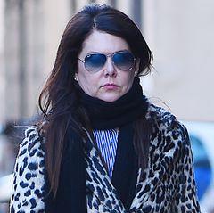 2017:Selbst die getönte Sonnenbrille kann nicht mehr verstecken, wie extrem das Gesicht von Lauren Graham aussieht. Während die Muskulatur der Wangen sichtlich erschlafft ist (eine spätere Folge von Botox-Behandlungen), sind Stirn und Schläfen total glatt gebügelt.