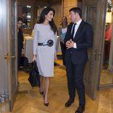 Der Style der 80er lässt Amal Clooney in diesem Kleid von Cardin aufleben und sieht darin einfach umwerfend elegant aus.