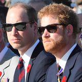 """Bei einer Zeremonie am 100. Gedenktag der Schlacht bei Vimy werden Prinz Charles und seine beiden Söhne, Prinz William und Prinz Harry, von der französischen Sonne geblendet. Die beiden Brüder tragen lässige Modelle von """"Ray Ban""""."""