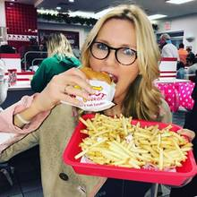 Veronica Ferres wird von ihrer Tochter Lilly zu einem Besuch in einem Fast-Food-Restaurant überredet und findet Gefallen an Burger und Pommes.