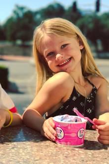 9. April 2017  Say Ice Cream! Dieses zauberhafte Lächeln gehört Maxwell Drew, der Tochter von Jessica Simpson. Die Sängerin postete den süßen Schnappschuss auf Instagram. Ihre Vierjährige genießt ihre Eiscreme zusammen mit Cousin Bronx Wentz, dem Sohn von Jessicas (ebenfalls singender) Schwester Ashlee Simpson.