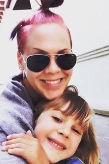 """11. April 2017  Tochter Willow freut sich riesig: Gemeinsam mit Mama Pink wird im Kino """"Die Schöne und das Biest"""" angeschaut."""