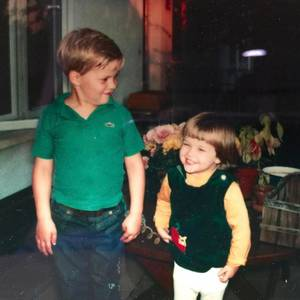 """11. April 2017  In den USA wird """"Tag der Geschwister"""" gefeiert; passend dazu hat Reese Witherspoon ein Kinderfoto aus alten Tagen, mit ihr und ihrem großen Bruder John drauf, gepostet. Dazu tippte die Schauspielerin einige warme Worte: """"Danke, dass du immer über meine Witze gelacht hast, und mich zum Lachen gebracht hast, damals, wie auch heute!"""""""