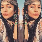 In eine Squaw verwandelt sich Vanessa Hudgens für das nächste Festival. Für diesen Look wechselt sie von Stickern zu heller Body-Paint-Farbe, knotet sich ein Bandana um und flechtet ihre Haare zu langen Zöpfen.