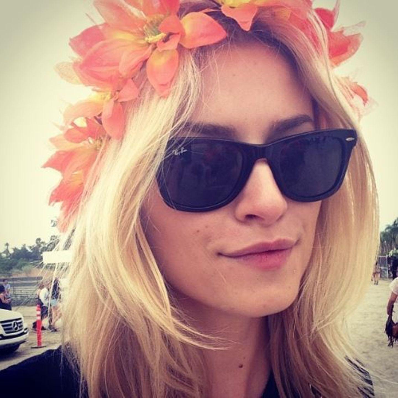 """An Lena Gercke sieht der """"klassische Festival-Look"""" - bestehend aus cooler Sonnenbrille und niedlichem Blumenkranz - ganz bezaubernd aus."""