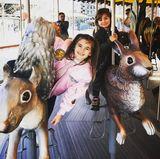 10. April 2017  Supermodel Alessandra Ambrosio macht sich ein schönes Wochenendemit den Kidsin Boston. Besonders viel Spaß hatten Anja und Noah auf dem Karussell.