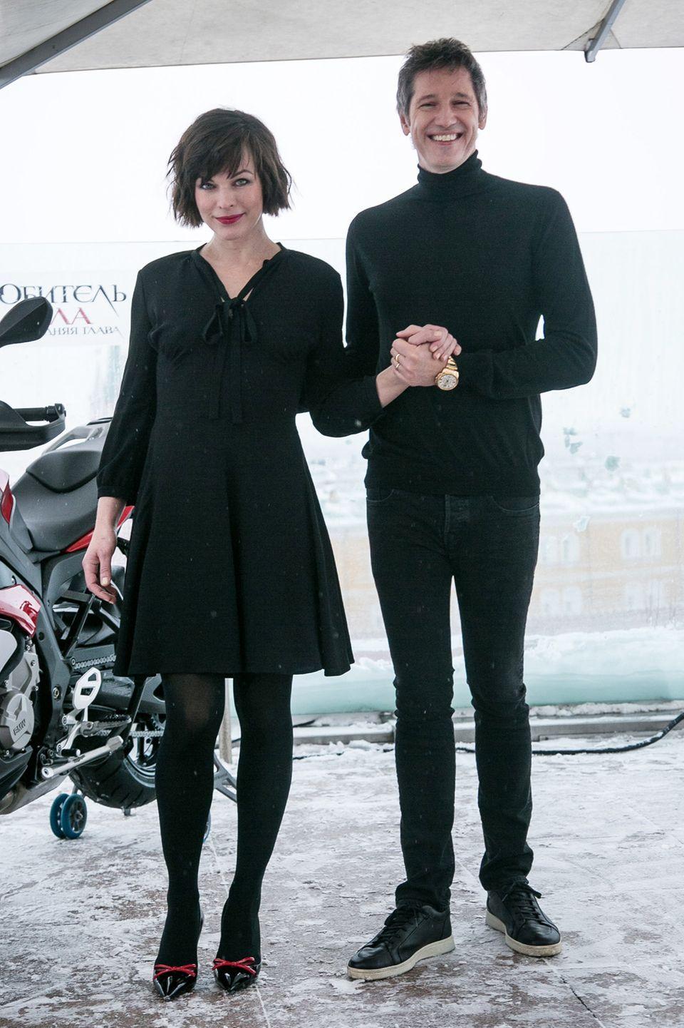 Herzerweichend komisch ist die Paar-Pose von Milla Jovovich und ihrem Mann Paul W.S. Anderson.