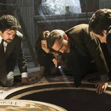 Karfreitag 20:15 Uhr auf ProSieben: Illuminati   Oscarpreisträger Tom Hanks alias Harvard-Professor Robert Langdon wird nach Rom gerufen: Vier hochrangige Kardinäle wurden entführt. Der Kidnapper schickt verschlüsselte Botschaften, die Langdon decodieren muss - sonst werden die Kardinäle nacheinander hingerichtet. Alles sieht danach aus, als würde der Geheimbund der Illuminaten hinter dem Verbrechen stecken. Die Zeit drängt, denn der Entführer lässt keinen Zweifel an seinen Absichten.