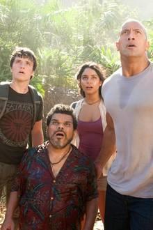 Ostermontag 20:15 auf VOX: Die Reise zur geheimnisvollen Insel  Der junge Sean Anderson (Josh Hutcherson)erhält einen verschlüsselten Notruf von einer mysteriösen Insel, die auf keiner Karte verzeichnet ist - eine Welt voll seltsamer Lebewesen, goldener Berge, lebensgefährlicher Vulkane und verblüffender Geheimnisse. Weil Seans Stiefvater Hank (Dwayne Johnson) den Jungen von seinem Vorhaben nicht abbringen kann, die Insel zu suchen, begleitet er ihn gemeinsam mit einem Hubschrauberpiloten und dessen selbstbewusster Tochter zu einer riskanten Reise ins Unbekannte.