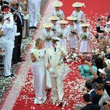 Blumenmädchen in monegassischer Trachte begeleiten Fürst Albert und seine Braut 2011 über den roten Teppich. Kleine Royals finden sich allerdings nicht unter ihnen.