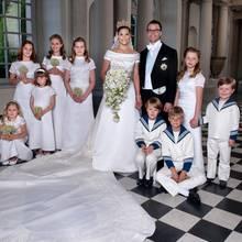 Prinzessin Victoria und Prinz Daniel umgeben von ihren Blumenmädchen und Pagen. Prinz Christian, ganz rechts, schaut schelmisch in die Kamera. Prinzessin Ingrid Alexandra (3. von links/vorne) ist wohl etwas zu schüchtern dafür. Catharina Amalia hockt auf ihrem kleinen Hocker und wirkt fröhlich.