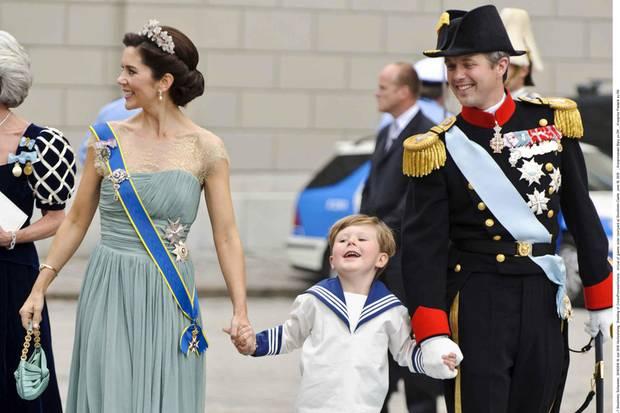 Hurra, ich bin ein Page! Prinz Christian kann es 2010 offenbar kaum erwarten und hüpft Richtung Kirche, wo sich Prinzessin Vicotria und Daniel Westling das Jawort geben werden.