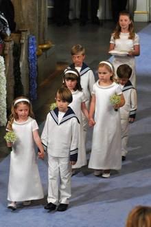 Prinzessin Ingrid Alexandra und Prinzessin Catharina Amalia schauen ganz ernst, als sie Hand in Hand dem Weg zum Altar gehen. Prinz Christian, guckt lieber zu Boden.