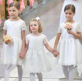Prinzessin Estelle hat es voll im Griff: Bei der Hochzeit von ihrem Onkel Carl Philip ist sie 2015 Blumenmädchen. Gemeinsam mit Chloe und Anais Sommerlath schreitet die kleine Tochter von Prinzessin Victoria ganz selbstbewusst in die Kirche.