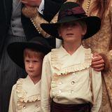1999 heiratet Charles Spencer, Prinzessin Dianas Bruder, das Model Victoria Lockwood. Einer der kleinen Pagen ist Prinz Harry, der in seinem Outfit aber nicht wirklich glücklich zu sein scheint.