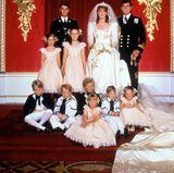 Prinz Andrew und seine Braut Sarah Ferguson haben 1986 unter ihren Blumenkindern und Pagen gleich drei Enkelkinder der Queen. Peter Phillips (3. von links), Prinz William (4. von links) und Zara Phillips (vorne) geben sich auf dem offiziellen Hochzeitsbild auch ganz brav. Davor und danach alberten die drei mächtig herum.
