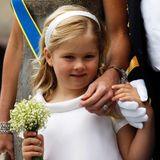 Mit einem Strauß Maiglöckchen in der Hand präsentiert sich Prinzessin Catharina Amalia als Blumenmädchen bei der Hochzeit von Prinzessin Victoria und Daniel Westling 2010.  Sie ist eine von drei künftigen Thronfolgern, die bei der royalen Hochzeit eine Rolle spielen.