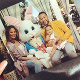 Chrissy Teigen und John Legend statten mit Töchterchen Luna dem Osterhasen einen Besuch ab.