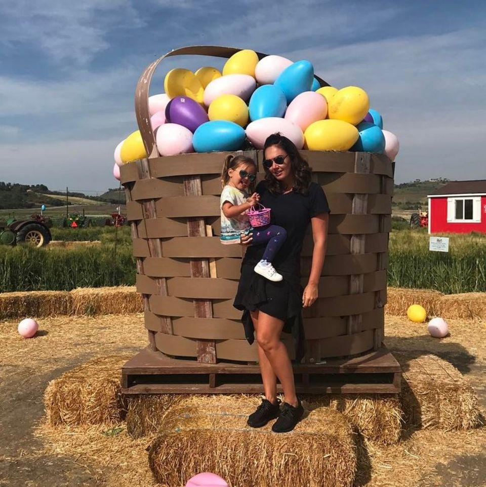 Tamara und Sophia Ecclestone posieren vor einem riesigen Korb voll mit Ostereiern.