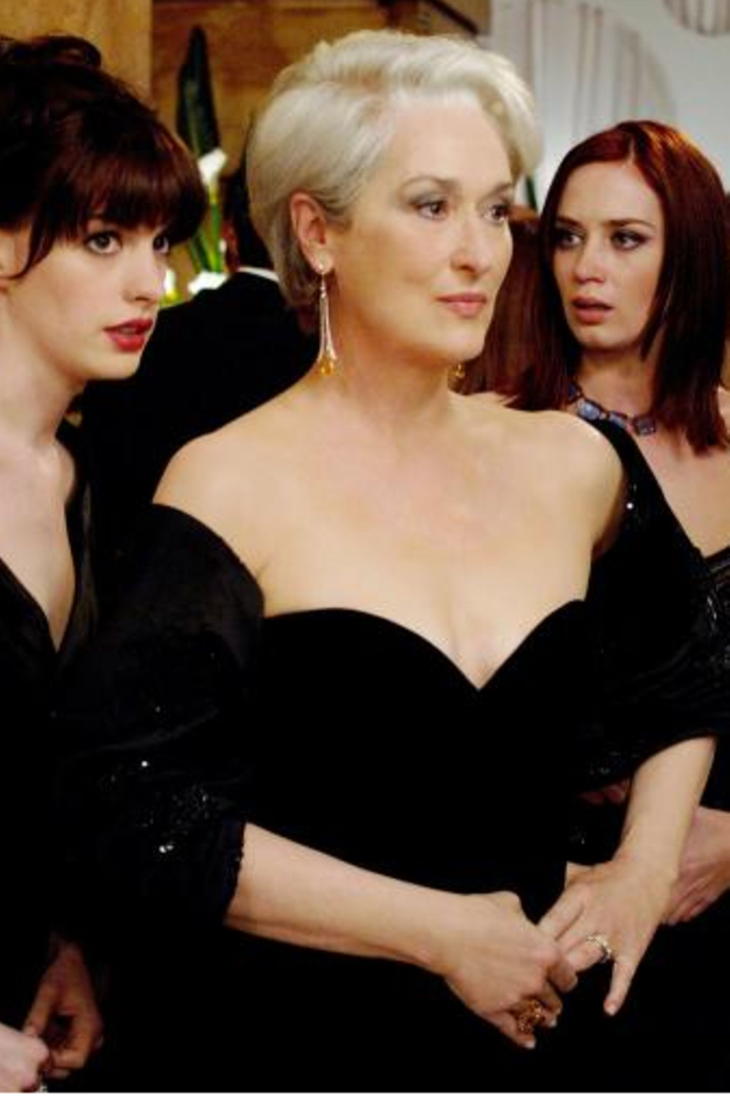 """Ostermontag 20:15 auf Sat.1: Der Teufel trägt Prada   Meryl Streep und Anne Hathaway beißen sich im Fashionzirkus durch: Die ambitionierte junge Journalistin Andy Sachs heuert bei der renommierten Modezeitschrift """"Runway"""" als zweite Assistentin der biestigen Chefredakteurin Miranda Priestly an. Mit ihrem altbackenen Outfit und ihrem modischen Desinteresse fällt sie sofort negativ auf. Doch Andy gibt trotz der Schikanen ihrer Chefin und der Kolleginnen ihr Bestes, um in dem knallharten Business bestehen zu können."""