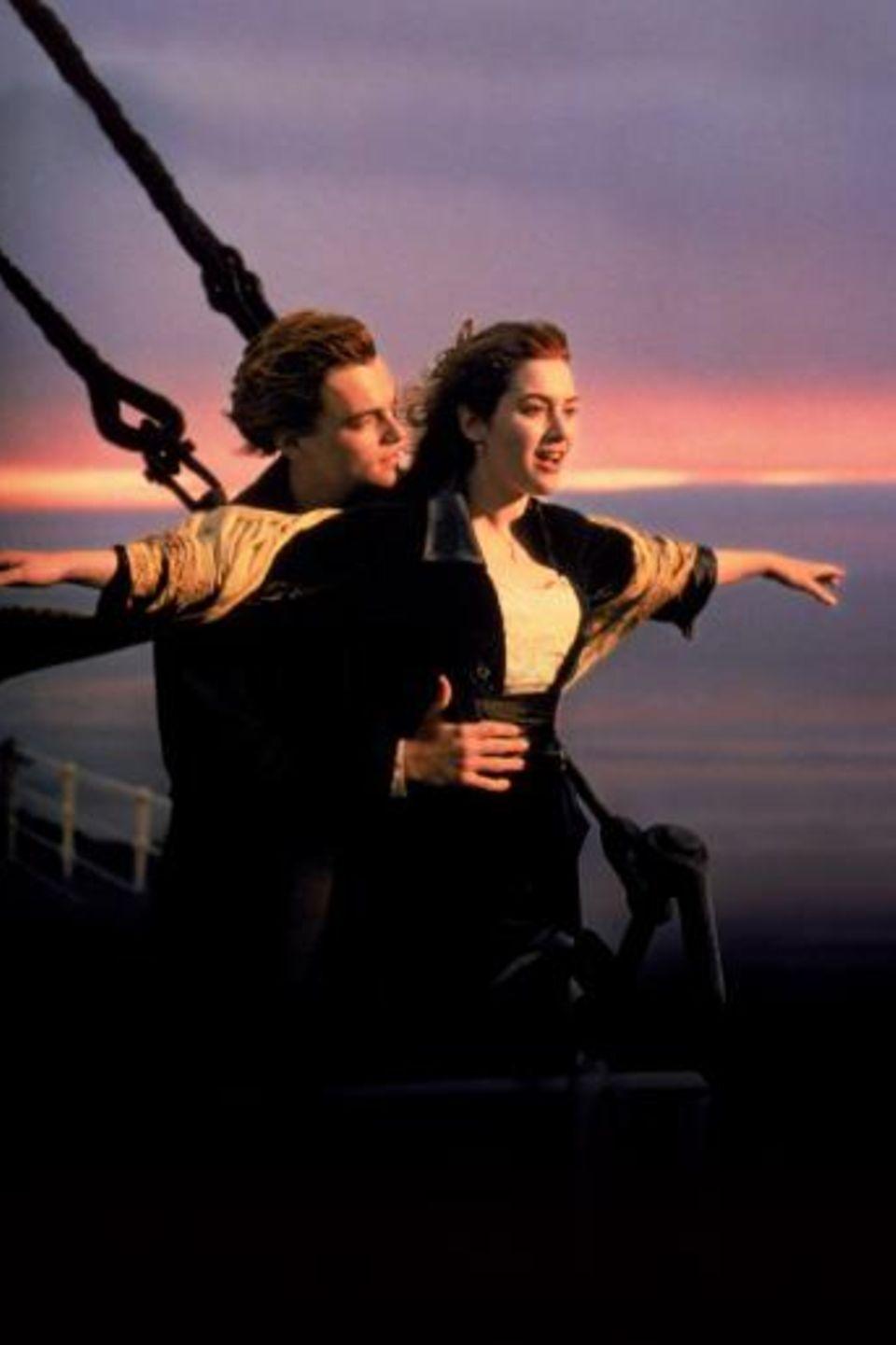 Ostersamstag 20:15 Uhr auf Sat.1: Titanic   James Camerons mit elf Oscars prämiertes Meisterwerk erzählt von der Jungfernfahrt der Titanic, dem größten Passagierdampfschiff seiner Zeit im Jahr 1912. An Bord verliebt sich der mittellose Jack in die wohlhabende, verlobte Rose. Es beginnt eine romantische Liebesgeschichte zwischen den beiden, die jäh von einer Katastrophe erschüttert wird: Die Titanic rammt einen Eisberg und beginnt zu sinken.