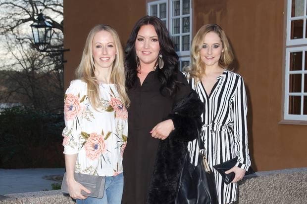 """Sara Hellqvist (l.) und Lina Frejd (r.), die Schwestern von Prinzessin Sofia von Schweden, feiern mit ihrer FreundinAnnelie Hedström (Mitte) den Relase des Kriminalromans """"Häxan"""" am 6. April 2017 in Stockholm."""