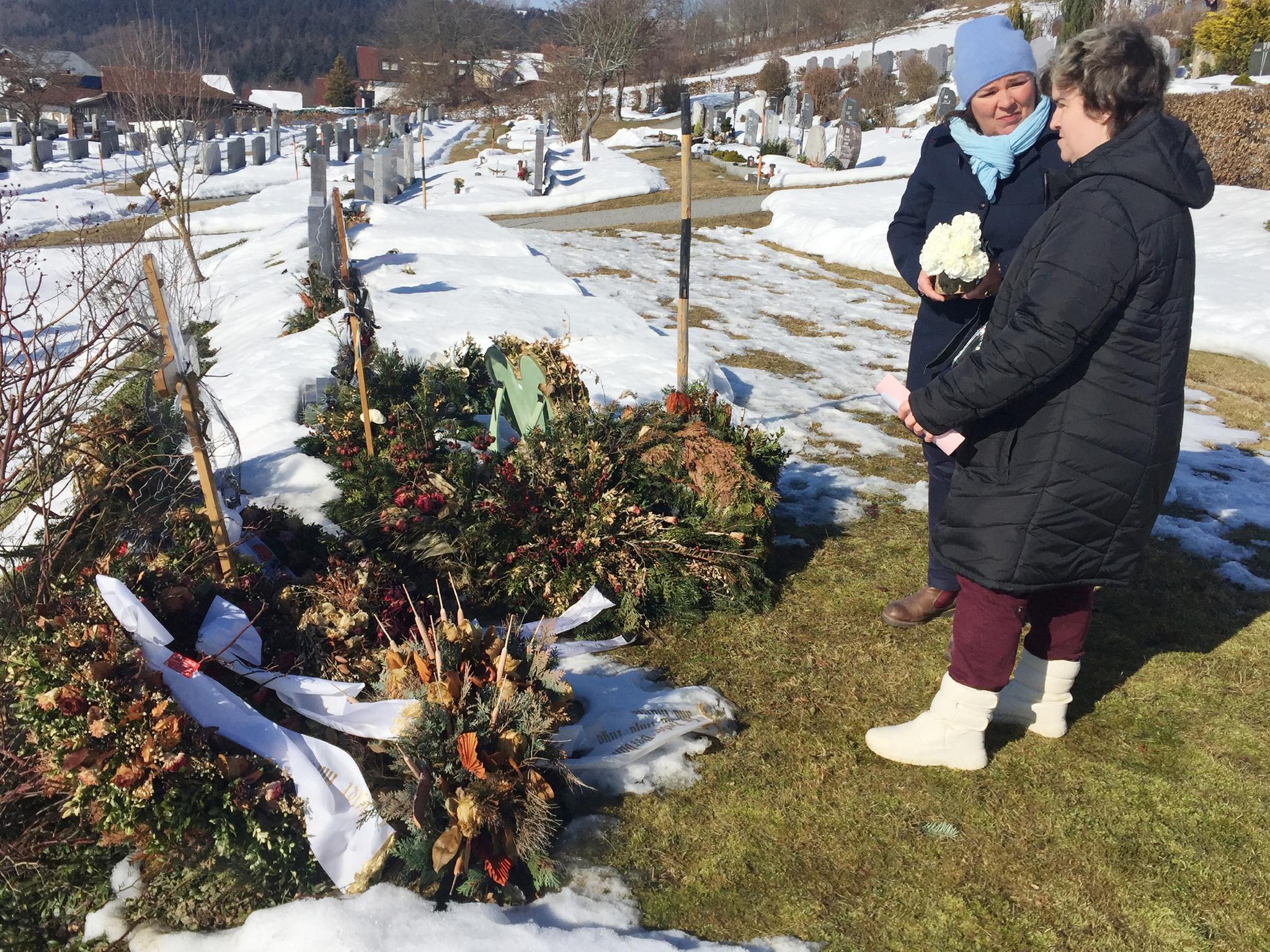 """""""Schwiegertochter gesucht""""-Moderatorin Vera Int-Veen und Beate Fischer besuchen das Grab von Beates Mutter Irene Fischer. Die verstarb mit 64 Jahren in der Nacht vom 10. auf den 11. Januar 2017 an einer Lungenentzündung."""