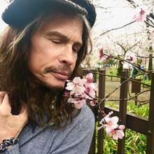 8. April 2017  Inspiriert vom Frühling zeigt Steven Tyler seine romantische Seite und offenbart, dass Pink schon immer seine Lieblingsfarbe war.