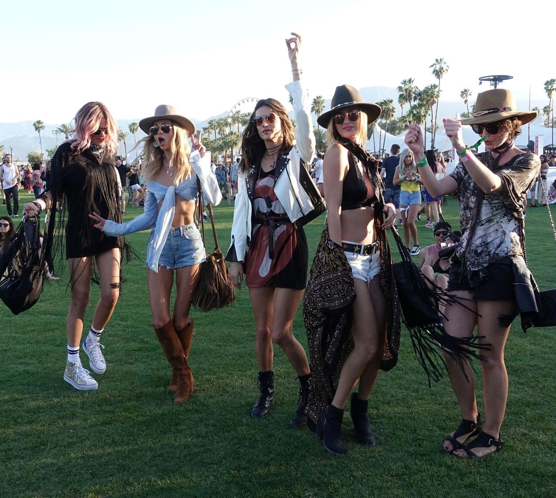 Alessandra Ambrosio und ihre Mädels bewegen sich tanzend über das Festivalgelände. Der Anblick macht Lust auf das Coachella Festival in Kalifornien.