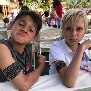 15. April 2017  Ganz harte Jungs: Sasha und sein Freund haben eine abwaschbare Tätowierung am Arm und sind mächtig stolz darauf. Der Blick der Halbstarken spricht Bände.