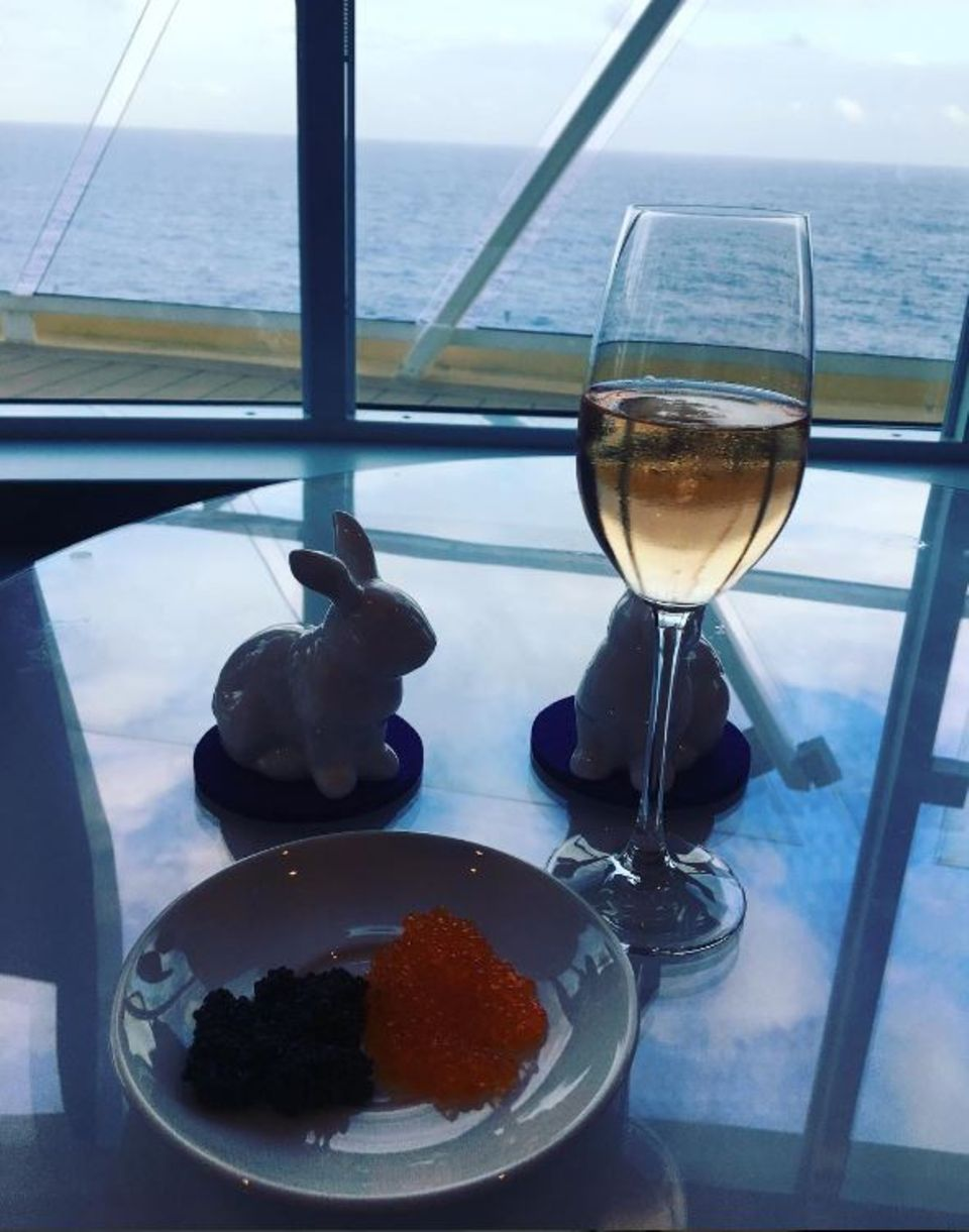 Mariella Ahrens gönnt sich zum Feiertag ein Glas Champagner, Kaviar und Osterhasen. Das Beste ist wohl der Blick auf die offene See.