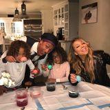 Mariah Carey und Nick Cannon verbringen sehr traditionelle Ostertage. Dazu gehört auch mit den Zwillingen Ostereier färben.