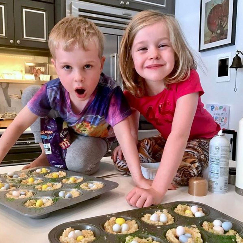 Ostern kann kommen. Harper und Gideon haben ganz viele Osternester gebacken, genug Platz für viele bunte Ostereier.