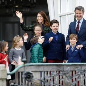 16. April 2017  Königin Margrethe (links) feiert ihren Geburtstag. Da dürfen die Enkelkinder, Schwiegertöchter und Söhne nicht fehlen. Gemeinsam zeigt sich das Kronprinzenpaar mit den Kindern - und auch Prinzessin Athena (2. v. links) und Prinz Henrik (bei Prinz Frederik), die Kinder von Prinz Joachim gesellen sich dazu.