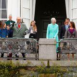16. April 2017  Auf dem Balkon ist es ganz schön voll, als neben der Königin noch die beiden Söhne, ihre Schwiegertöchter und sechs der acht Enkelkinder erscheinen. Fehlen nur noch die königlichen Dackel.