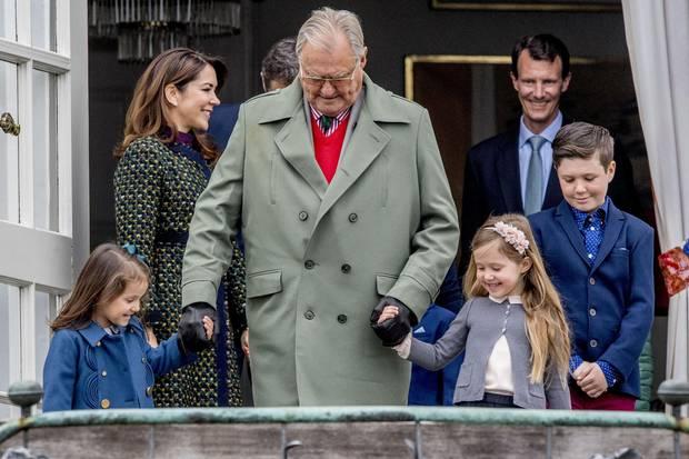 16. April 2017  Wer geleitet hier wen? Athena, 5, und Josephine, 6, kommen mit ihrem Opa Prinz Henrik, 82, vor das Schloss und auf die Treppe.