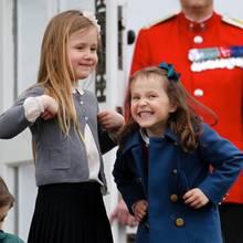 16. April 2017  Eine Blaskapelle der Garde spielt ein Geburtstagsständchen für die Königin. Josephine und Athena amüsieren sich köstlich, schunkeln mit und legen kleine Tanzeinlagen ein.