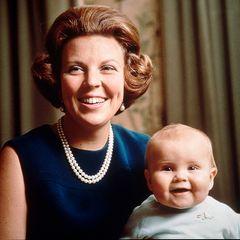 Mit einem Jahr weiß der kleine Prinz schon wie es geht: Mutter und Sohn strahlen in die Kamera.