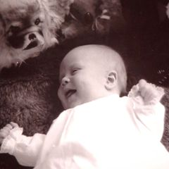 Umgeben von Stofftieren zeigt sich Prinzessin Beatrix' Erstgeborener schon als echter Strahlemann.