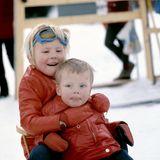 Willem-Alexander hat im Skiurlaub 1972 seinen kleinen Bruder Prinz Constantijn fest im Griff beim gemeinsamen Rodelspaß.