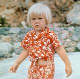 Mit einem bauchfreien Outfit präsentiert sich der kleine Prinz 1973 in den Ferien in Italien. Die Farbe passt zum Land, scheint Willem-Alexander selbst aber wenig zu begeistern.